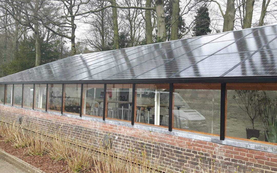 Lichtdoorlatende zonnepanelen op frame van vurenhout in Oosterbeek, Gelderland
