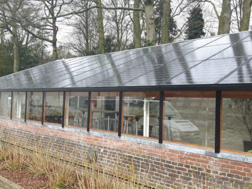 Lichtdoorlatende zonnepanelen op frame van vurenhout in Oosterbeek